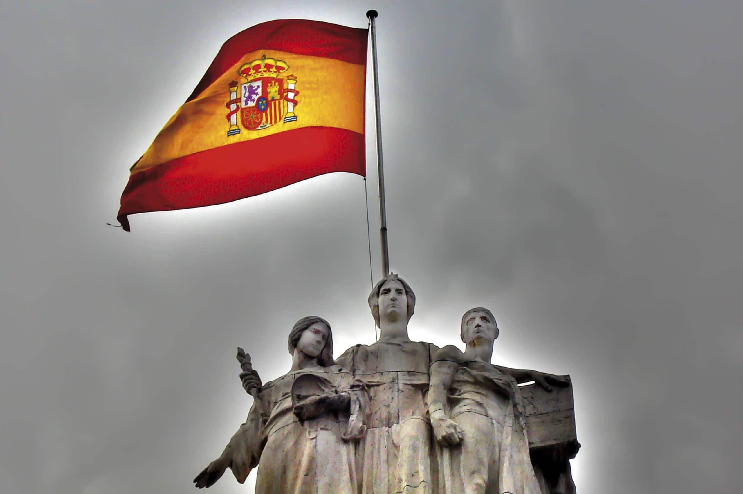 La Ley flanqueda por la Justicia (izquierda) y el derecho, escultura que adorna la entrada principal al Tribunal Supremo. Obra de Miguel Blay.