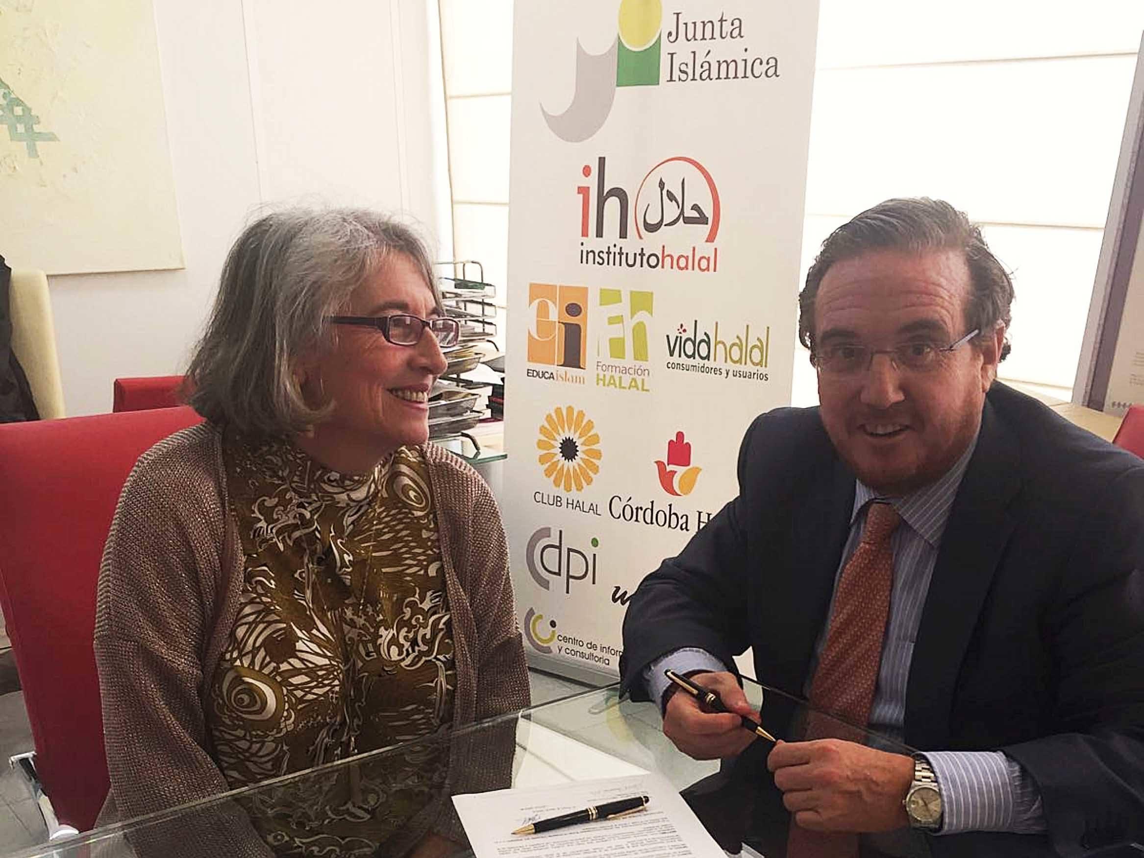 Isabel Romero, directora general del Instituto Halal, y Pedro Martín Molina, socio fundador de Leyco Group Corporate, en el momento de la firma.