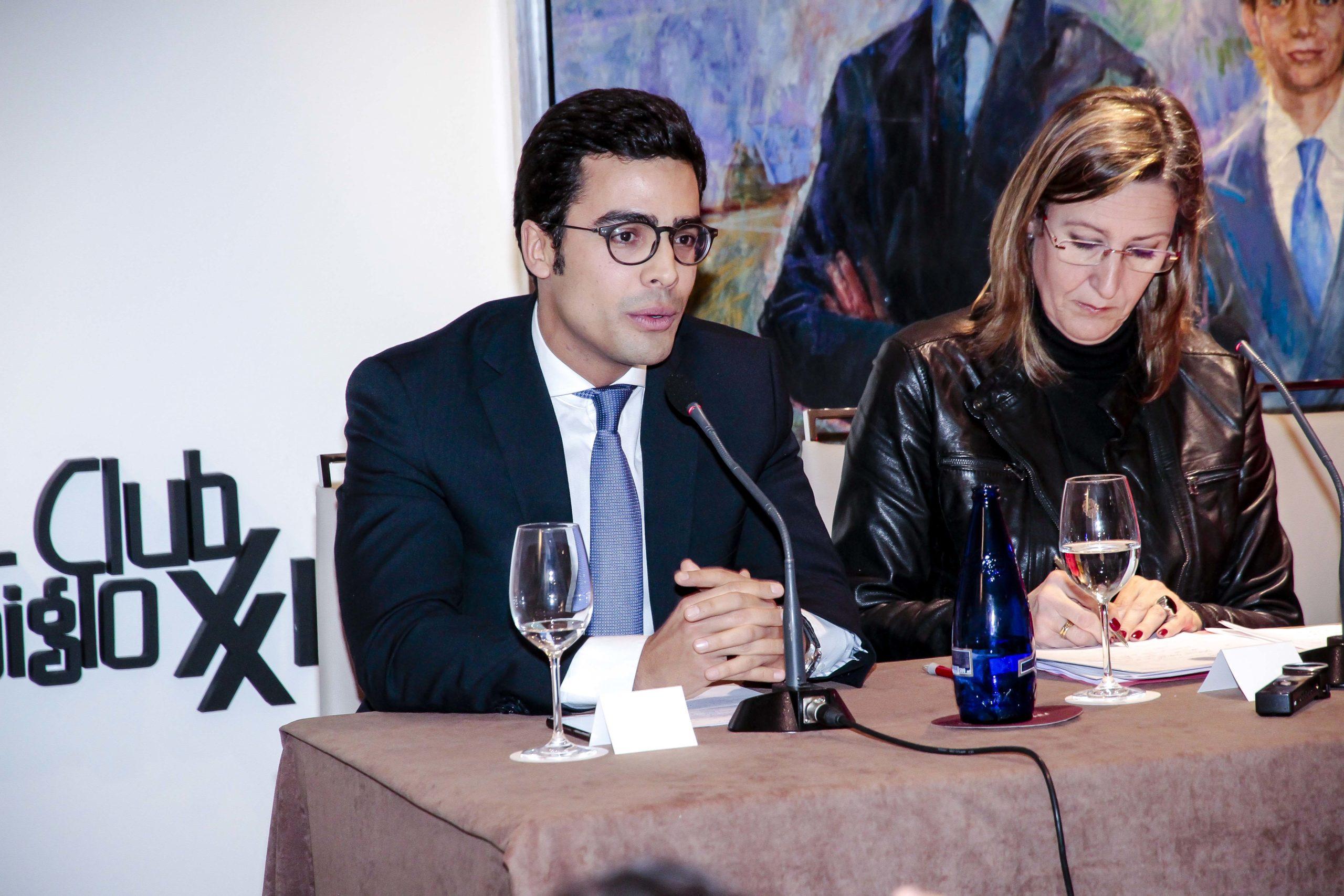 Juan Gonzalo Ospina, presidente de la AJA, junto a Sonia Gumpert, durante su intervención en la que hizo una cerrada defensa del estado de derecho. Confilegal.