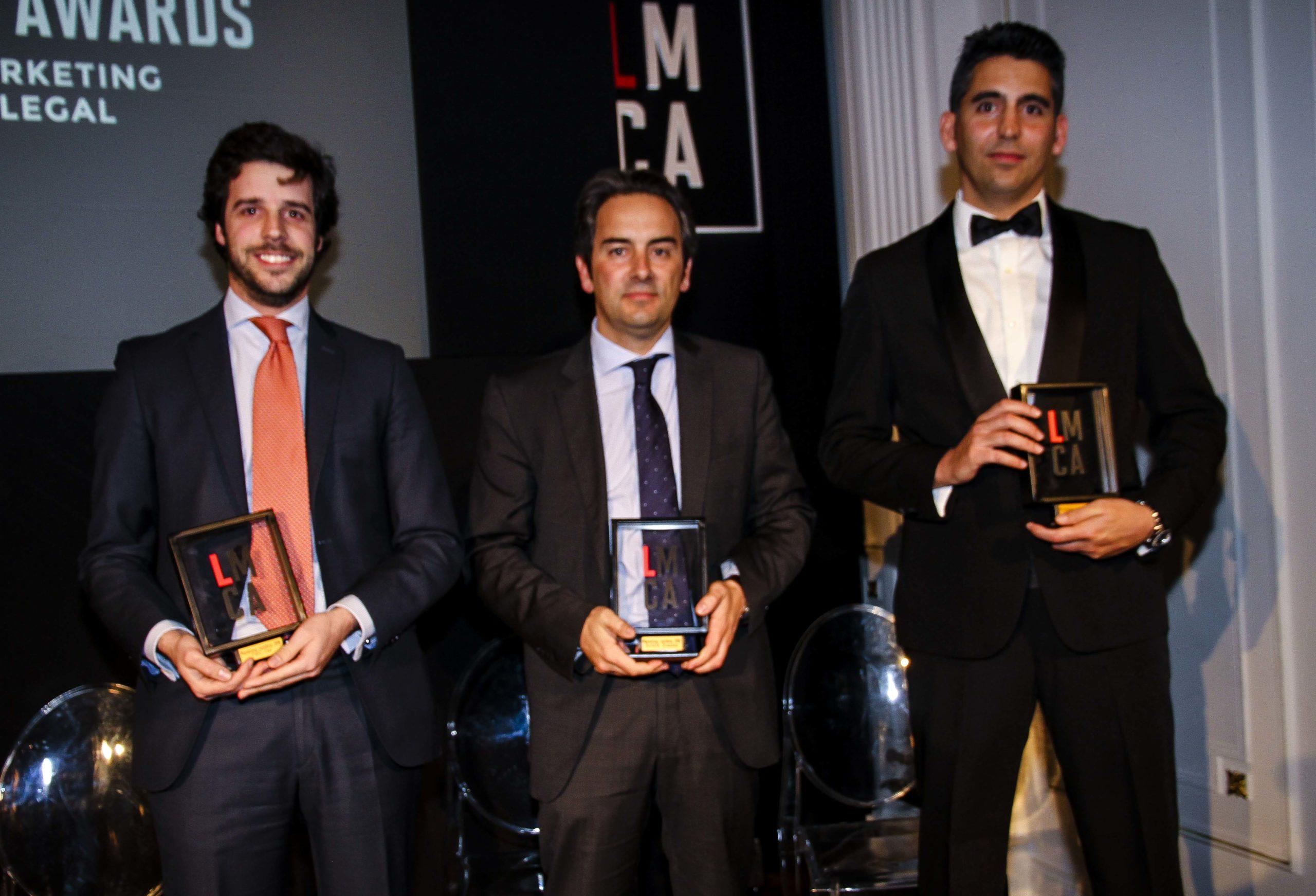 Xavier Janer, de PWC Tax, Pau Nadal, de Bufete Buades, y Jorge Graupera, de Legalcity, en la foto de premiados. Confilegal.