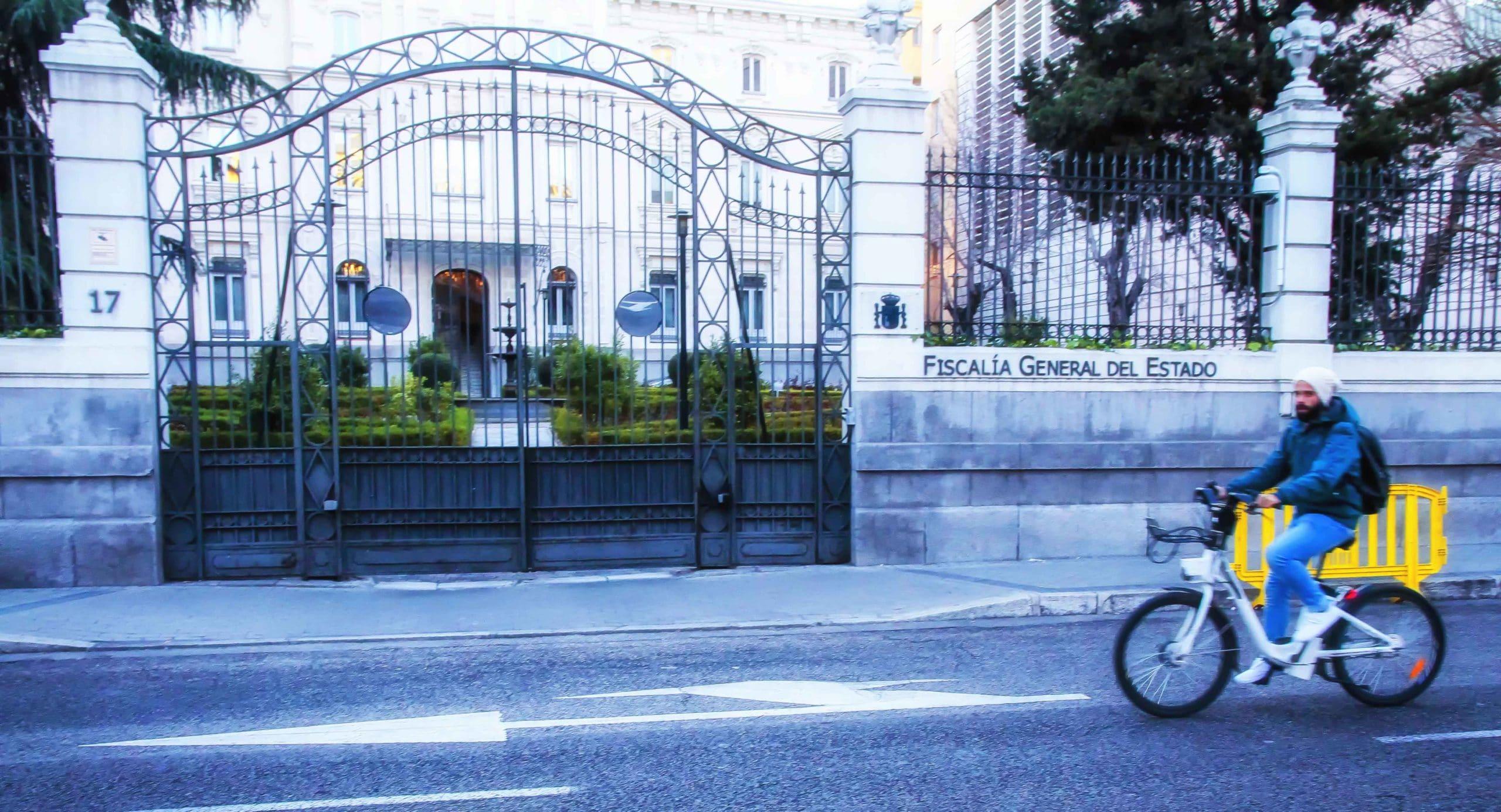 Un usuario de Bicimad montado en una de sus bicicletas pasando por la sede de la Fiscalía General del Estado, con salida al madrileño Paseo de la Castellana; el Ministerio Fiscal entrará en la querella.