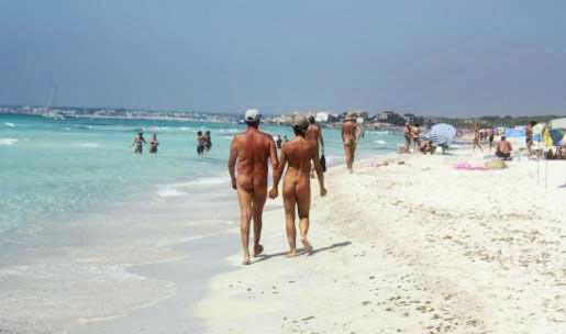 Una imagen de Plaja d'Aro, en Girona, cuando se practicaba el nudismo, que luego fue prohibido por el Ayuntamiento.