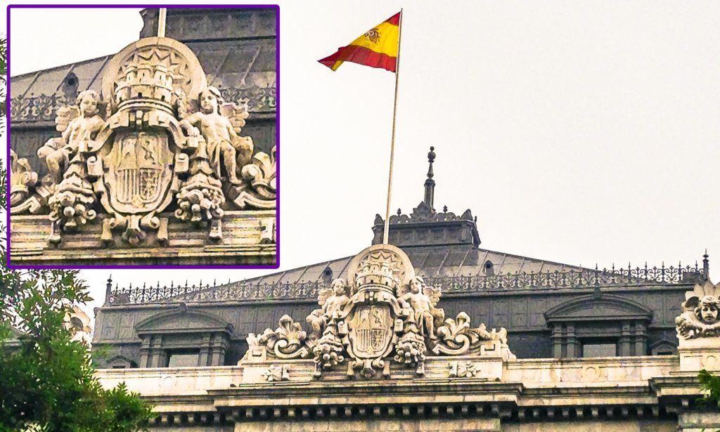 Los símbolos de la República todavía prevalecen a día de hoy en el Banco de España, como este escudo que da directamente a la calle de Alcalá. Confilegal.