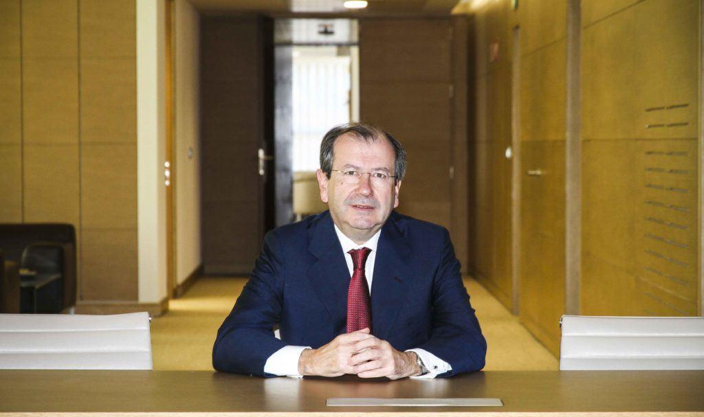 Fernando Vives, presidente ejecutivo de Garrigues, en una instantánea que tiene mucho de metáfora de la abogacía, luz, puertas abiertas, salidas. Confilegal.