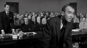 En la imagen el protagonista de la película, James Stewart en un momento del juicio