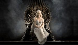 La khaleesi Daenerys Targaryen en su ansiado Trono de Hierro, algo que todos aspiraran lograr.