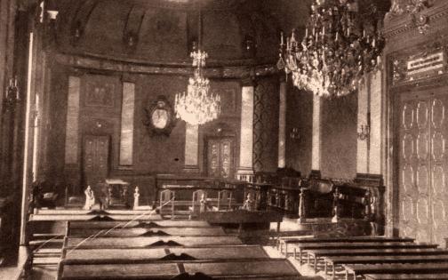 El Salón de Plenos en 1931; al fondo se puede ver el escudo original, que contenía una efigie de Alfonso XIII en mármol blanco. Plortis/Crónica.