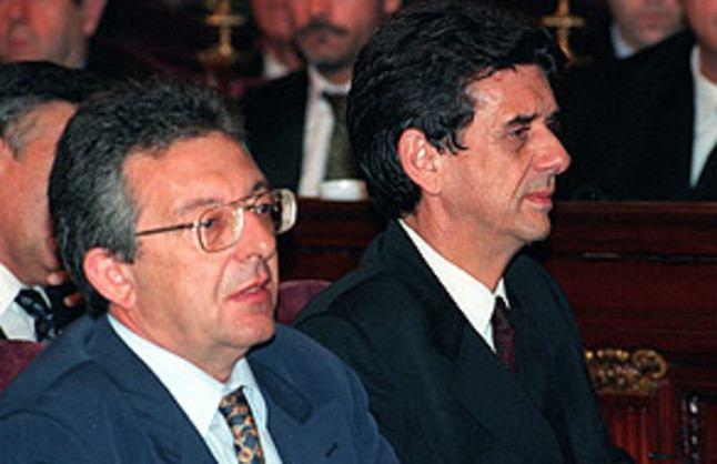 El diputado, Carlos Navarro, y el senador, Josep María Sala, los dos por el PSOE, en el banquillo de los acusados del Salón de Plenos, en el caso Filesa.