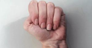 Según la comunicación no verbal, el hecho de apretar tener los puños apretados con los pulgares metidos en indican malestar, que no quieres comunicar todo lo que sabes.