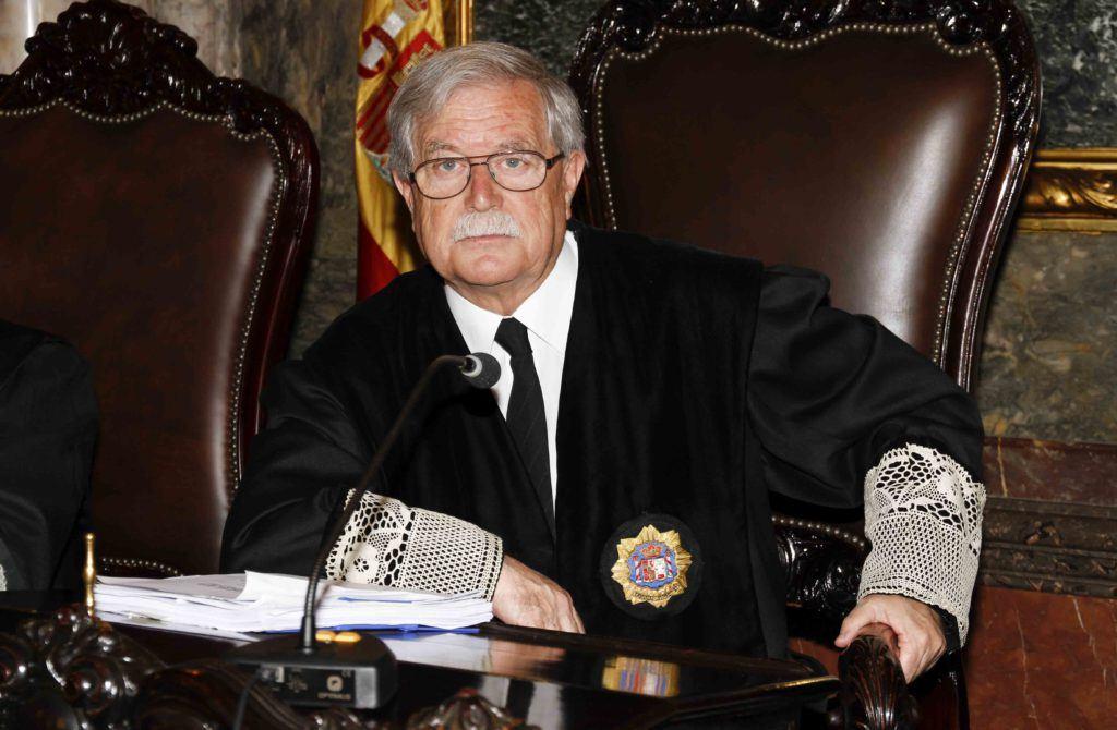 El acusado debería estar sentado junto a su abogado en todos los juicios penales, según el Tribunal Supremo