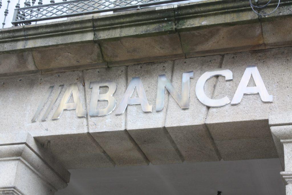 """Condenan a Abanca a eliminar la comisión de 35 euros que cobra a los clientes en """"números rojos"""""""