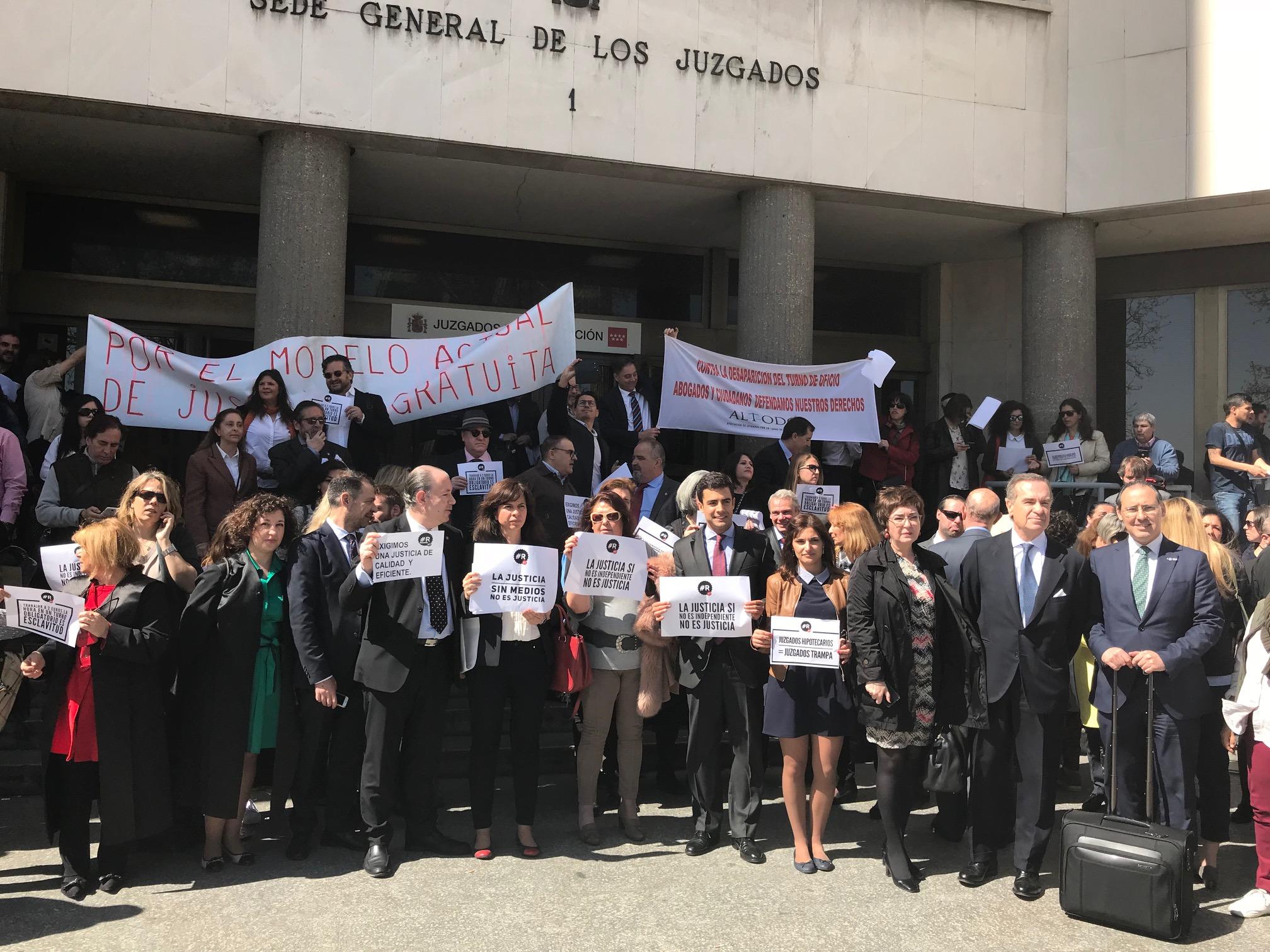 Los abogados muestran su fuerza movilizadora en concentraciones ante los Juzgados por toda España