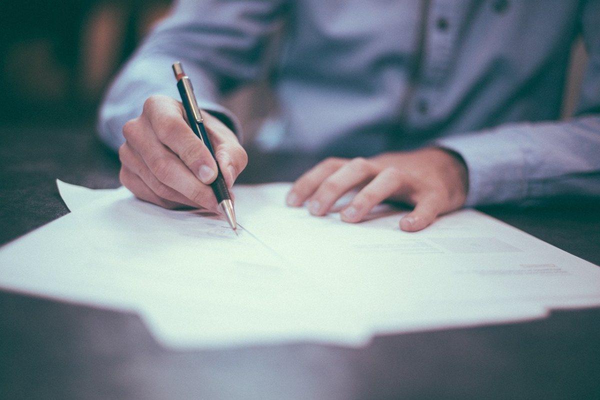 ¿Se puede fraccionar un contrato del sector público?